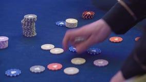 M?ski krupiera chodzenie szczerbi si? w kamer?, uprawia hazard biznes, szansa wygrywa? pieni?dze zdjęcie wideo