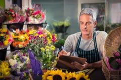 Męski kwiaciarni writing na schowku Obrazy Royalty Free