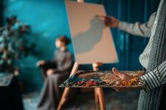 Męski malarz maluje kobieta portret Zdjęcie Royalty Free