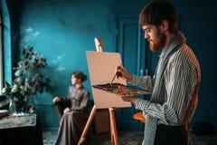 Męski malarz maluje kobieta portret Obraz Royalty Free