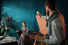 Męski malarz maluje kobieta portret Obrazy Stock