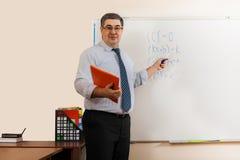 Męski mathematics nauczyciel pokazuje na blackboard Zdjęcie Royalty Free