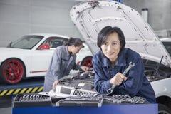 Męski mechanik w Auto Remontowym sklepie Obrazy Royalty Free