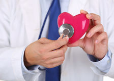 Męski medycyny lekarki mienia czerwieni serce Zdjęcia Royalty Free