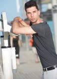 Męski moda model opiera na teleskopie outdoors Zdjęcia Stock