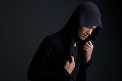 Męski moda model pozuje na szarym tle Obraz Stock