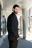 Męski moda model w czarnym garniturze stoi outdoors Obraz Stock