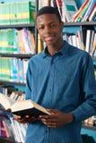 Męski Nastoletni Studencki studiowanie W bibliotece Zdjęcia Royalty Free