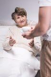 Męski opiekun pomaga starszej kobiety Zdjęcie Royalty Free