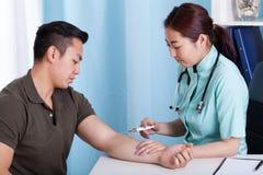 Męski pacjent podczas zastrzyka Obrazy Royalty Free