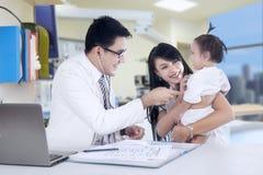 Męski pediatra 2 i jego pacjent Zdjęcie Royalty Free