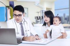 Męski pediatra i jego pacjent Obraz Royalty Free