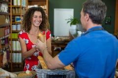Męski personel daje upakowanemu chlebowi kobieta Zdjęcia Royalty Free