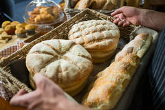 Męski personel trzyma kosz chleb Obrazy Royalty Free