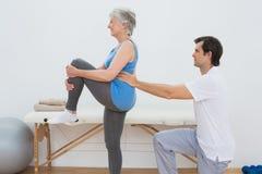 Męski physiotherapist egzamininuje starszego kobieta plecy Zdjęcie Royalty Free