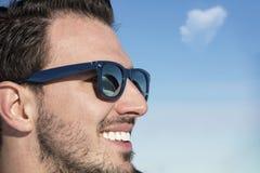 Męski portret na niebieskiego nieba tle na zimie Zdjęcia Royalty Free