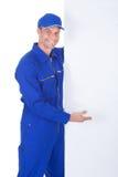 Męski pracownik przedstawia pustego plakat Obrazy Royalty Free