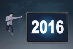 Męski pracownik wskazuje przy liczbami 2016 Zdjęcie Royalty Free