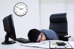 Męski pracownika dosypianie na stole w biurze Obraz Stock