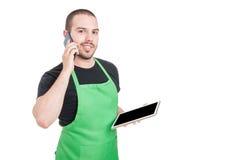 Męski pracownika mienia telefon i pastylka Obraz Stock