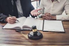 M?ski prawnik lub s?dzia konsultujemy mie? dru?ynowego spotkania z bizneswomanu klientem, poj?ciem, prawa i us?ug prawnych zdjęcia stock