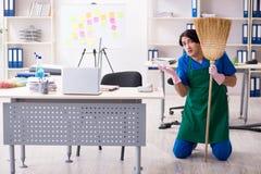 M?ski przystojny fachowy cleaner pracuje w biurze zdjęcia stock