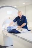 Męski radiolog Patrzeje kobiety Przechodzi MRI obraz cyfrowego Obrazy Royalty Free