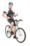Męski rowerzysty obsiadanie na jego rowerze Zdjęcia Royalty Free