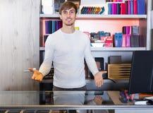 Męski sklepowy asystent w portfel sekci Zdjęcie Royalty Free