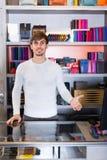 Męski sklepowy asystent w portfel sekci Obrazy Royalty Free