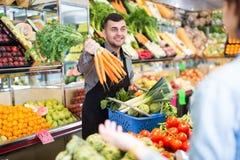 Męski sprzedawca pomaga w kupieniu Fotografia Stock