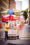 Męski sprzedawca uliczny hot dog, Nowy Jork, usa Obrazy Stock