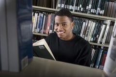 Męski student collegu W bibliotece Obrazy Stock