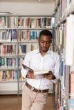 Męski student collegu W bibliotece Fotografia Royalty Free