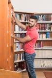 Męski student collegu W bibliotece Obraz Royalty Free
