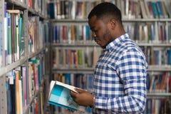 Męski student collegu W bibliotece Zdjęcie Royalty Free