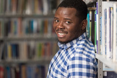 Męski student collegu W bibliotece Fotografia Stock
