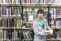 Męski student uniwersytetu W bibliotece Obrazy Royalty Free