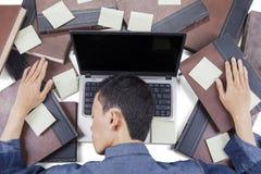 Męski studenta collegu dosypianie z laptopem Zdjęcia Stock