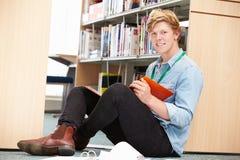 Męski studenta collegu studiowanie W bibliotece Fotografia Royalty Free