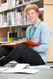 Męski studenta collegu studiowanie W bibliotece Obraz Royalty Free