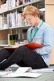 Męski studenta collegu studiowanie W bibliotece Zdjęcia Stock
