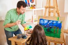 Męski sztuka nauczyciel pomaga ucznia Obrazy Royalty Free