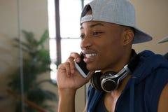 Męski tancerz opowiada na telefonie komórkowym w studiu Obraz Stock