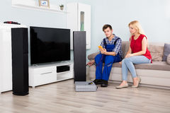 Męski technik Sprawdza TV mówcy Z Multimeter Obraz Stock