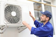 Męski technika naprawiania powietrza conditioner Zdjęcie Royalty Free
