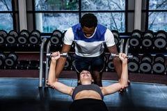 Męski trener pomaga dysponowanej kobiety Obraz Royalty Free