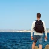 Męski turysta blisko morza Obrazy Royalty Free