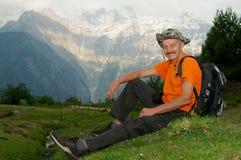 Męski turysta na odpoczynku w górach fotografia stock