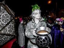Męski Uliczny wykonawca w Dia De Los Muertos Korowód Fotografia Royalty Free